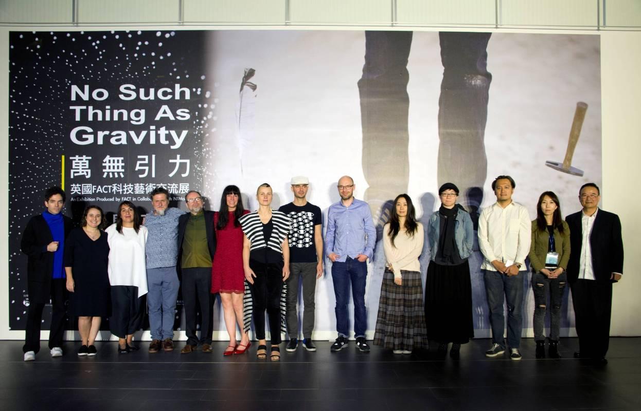國美館蕭宗煌館長(右一),英國文化協會蘇小真處長(左二),FACT麥克‧斯塔布斯總監(左五)策展人羅伯‧拉‧弗蘭內斯博士(左四)及出席藝術家合影
