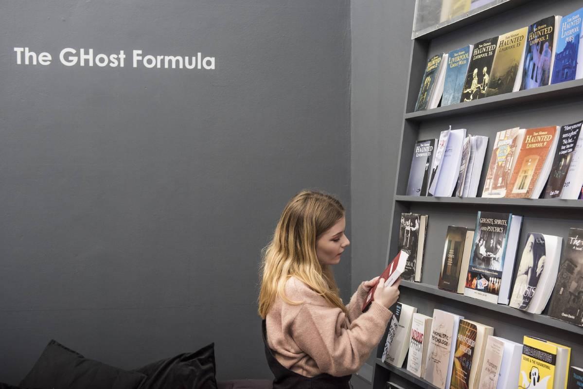 莎拉‧史帕克斯-〈鬼客方程式〉,2016。多媒體裝置、檔案室空間、網路數位平台、鬼客機器。英國FACT藝術與創意科技基金會委託製作。