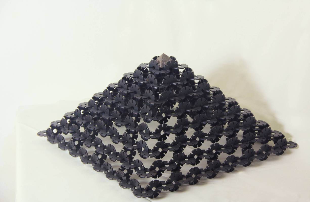 張文堅 積塵-塔結構 78x78x30cm 鐵材焊接、花崗岩 2016