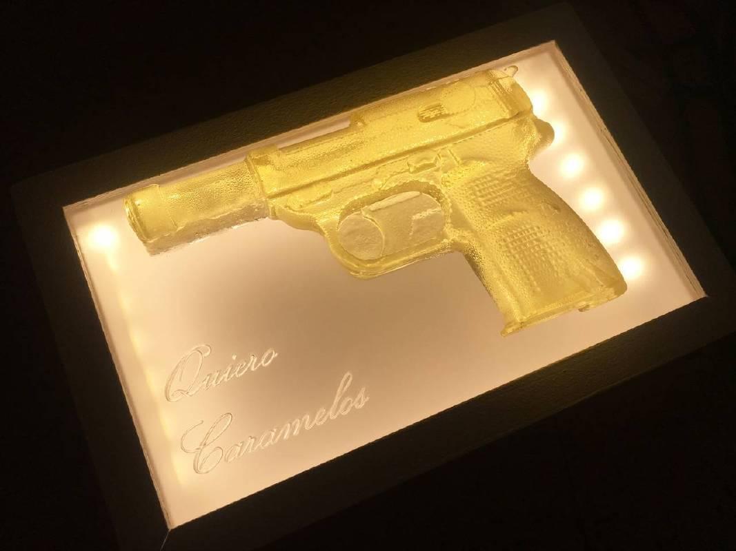 《Quiero Caramelos》(I want Candy) ,2017,愛素糖、塑膠玻璃、木材、燈,22  x 14 x 5 cm