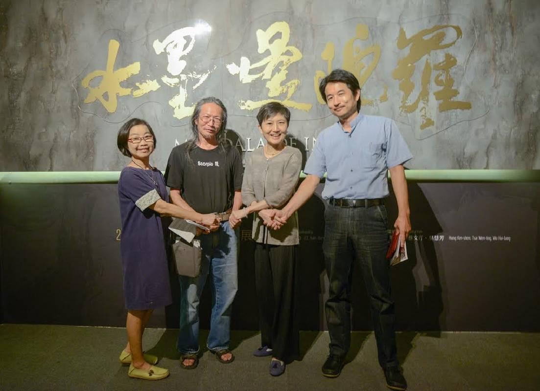 《水墨曼陀羅》策展團隊,由左至右為:吳慧芳、洪根深老師、高美館李玉玲館長、蔡文汀老師