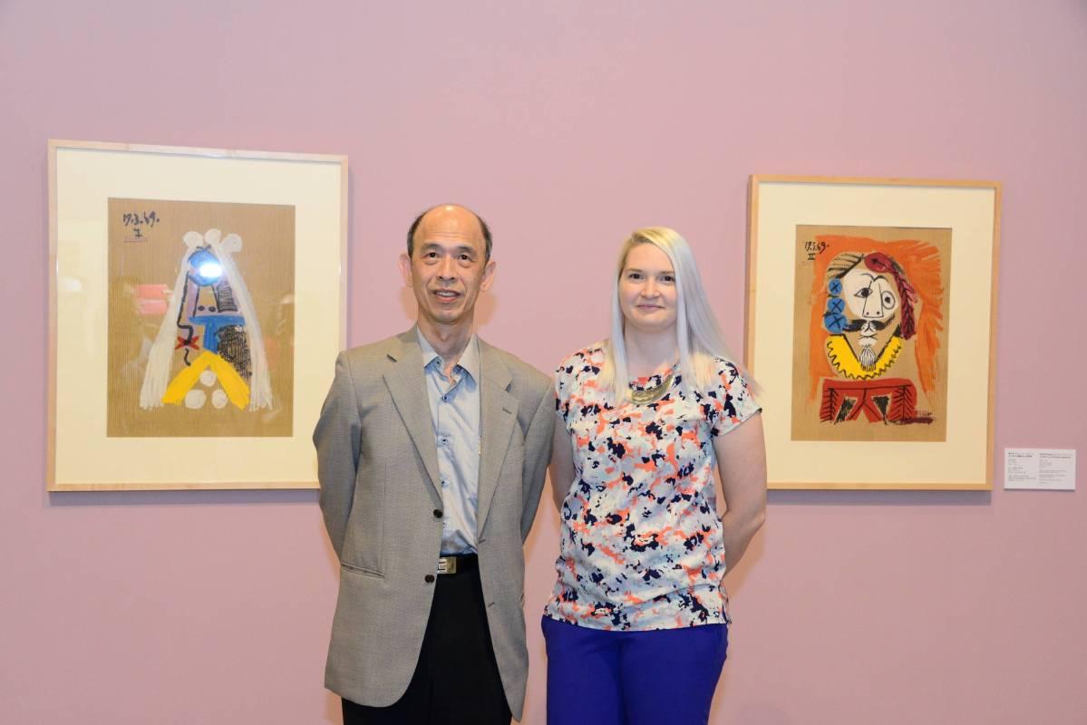 國美館陳昭榮副館長與IMAS Amelia Whitehead組長於展場合影。圖/國立臺灣美術館提供。