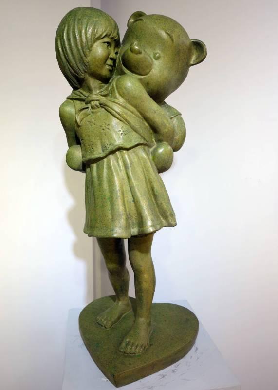 王王志文-熊抱-銅雕