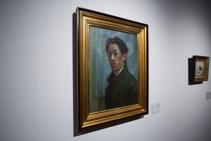 北師美術館「日本近代洋画大展」一景。藤田嗣治《自畫像》。圖/非池中藝術網攝。