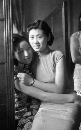 鄧南光《酒室風情》,1950年代。圖/取自數位島嶼。