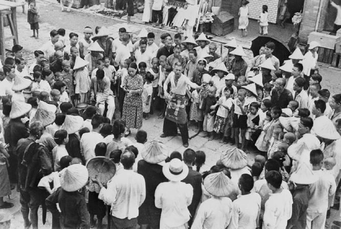 鄧南光《北埔上街 江湖賣藝人》,1935-37。圖/取自數位島嶼。