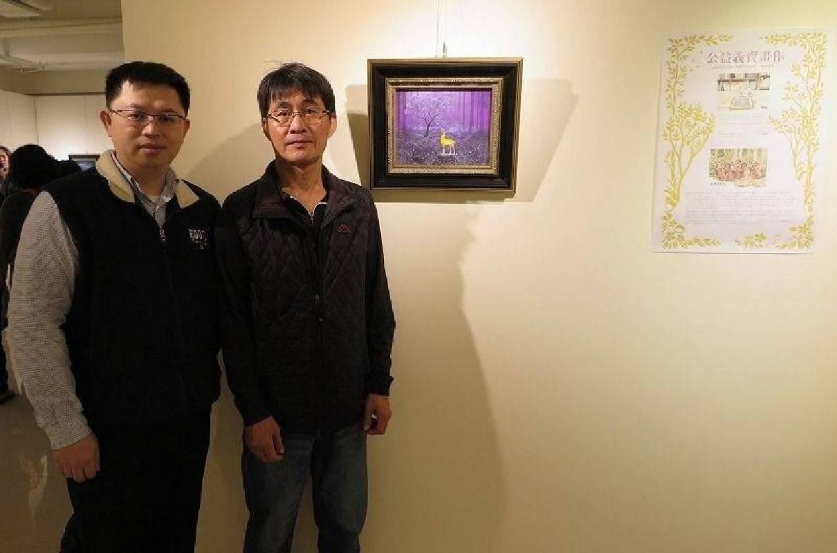 國璽藝術總經理鄭世弘(左)與認購公益義賣作品「尋」林清正老師合影。 蔣佳璘/攝影