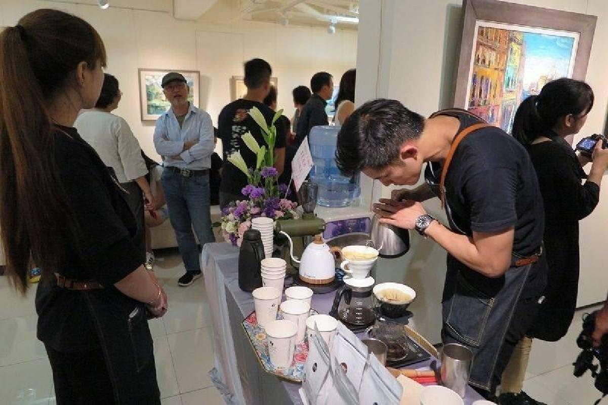 「藝享人生-星期五畫會聯展」異業結合-黑沃咖啡,吸引更多參觀者進場。 蔣佳璘/攝影