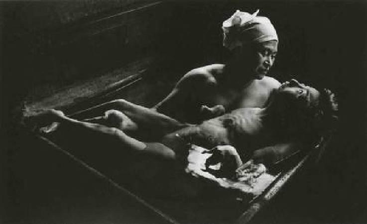W. Eugene Smith, Tomoko Uemura in Her Bath.圖/取自Wikipedia。