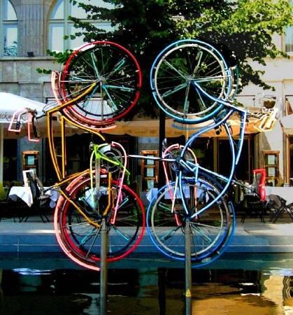 羅伯特.勞森伯格《騎單車》(Riding Bikes)。圖/取自Wikiart。