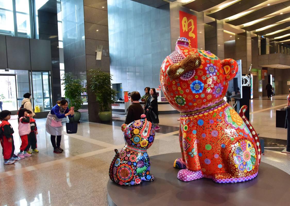 洪易新作發表:趣味生動的吉祥造型,藉著有夠旺歡慶新年的到來/有夠旺群組|鋼板彩繪|小:75x60x100cm;大:168x130x220cm