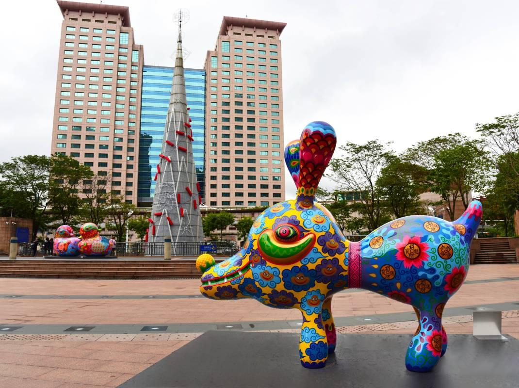 市民廣場上繽紛艷麗的彩繪雕塑,讓過往的行人紛紛停下腳步/洪易|大旺狗|鋼板彩繪|300x102x230cm
