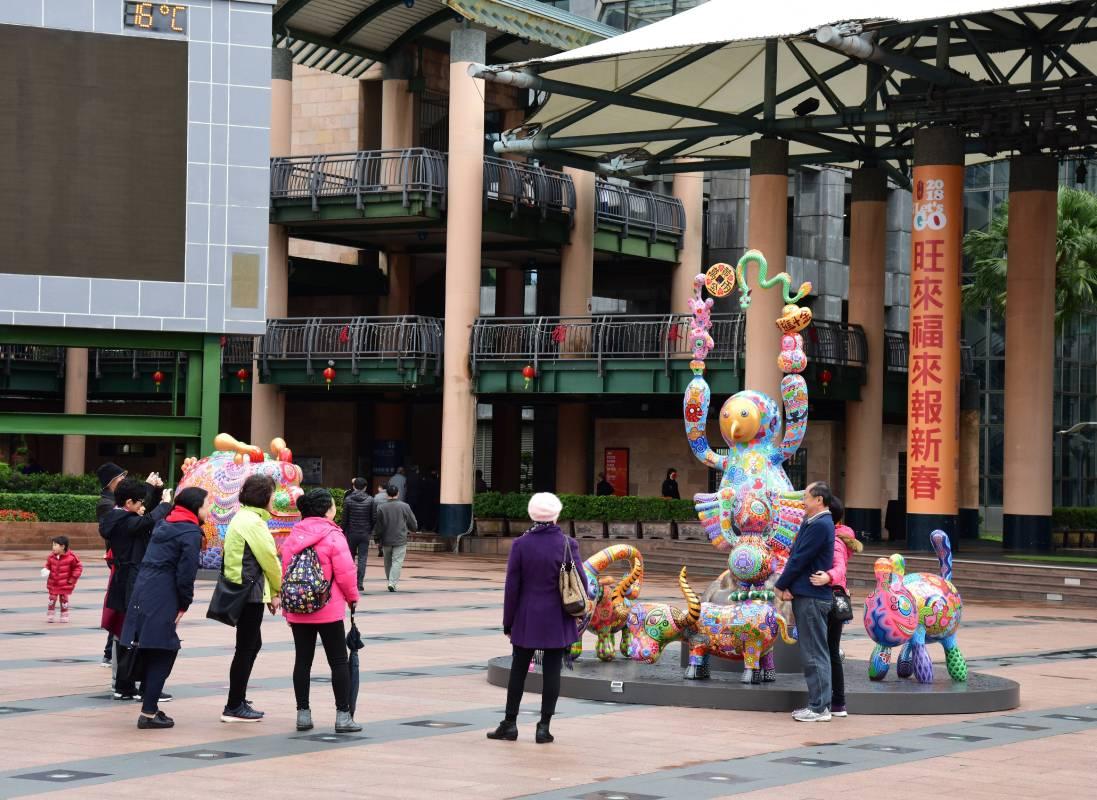 新北市政府市民廣場公共藝術展/洪易大型彩繪雕塑拉近與民眾的距離,使藝術更親近生活/洪易|馬戲團群組