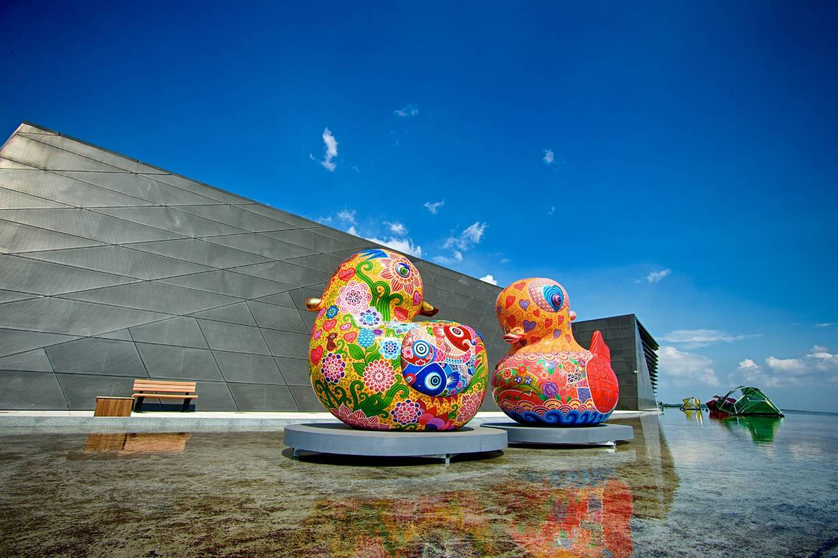 苗栗客家文化園區嶄新的建築與洪易的大鴛鴦相互輝映