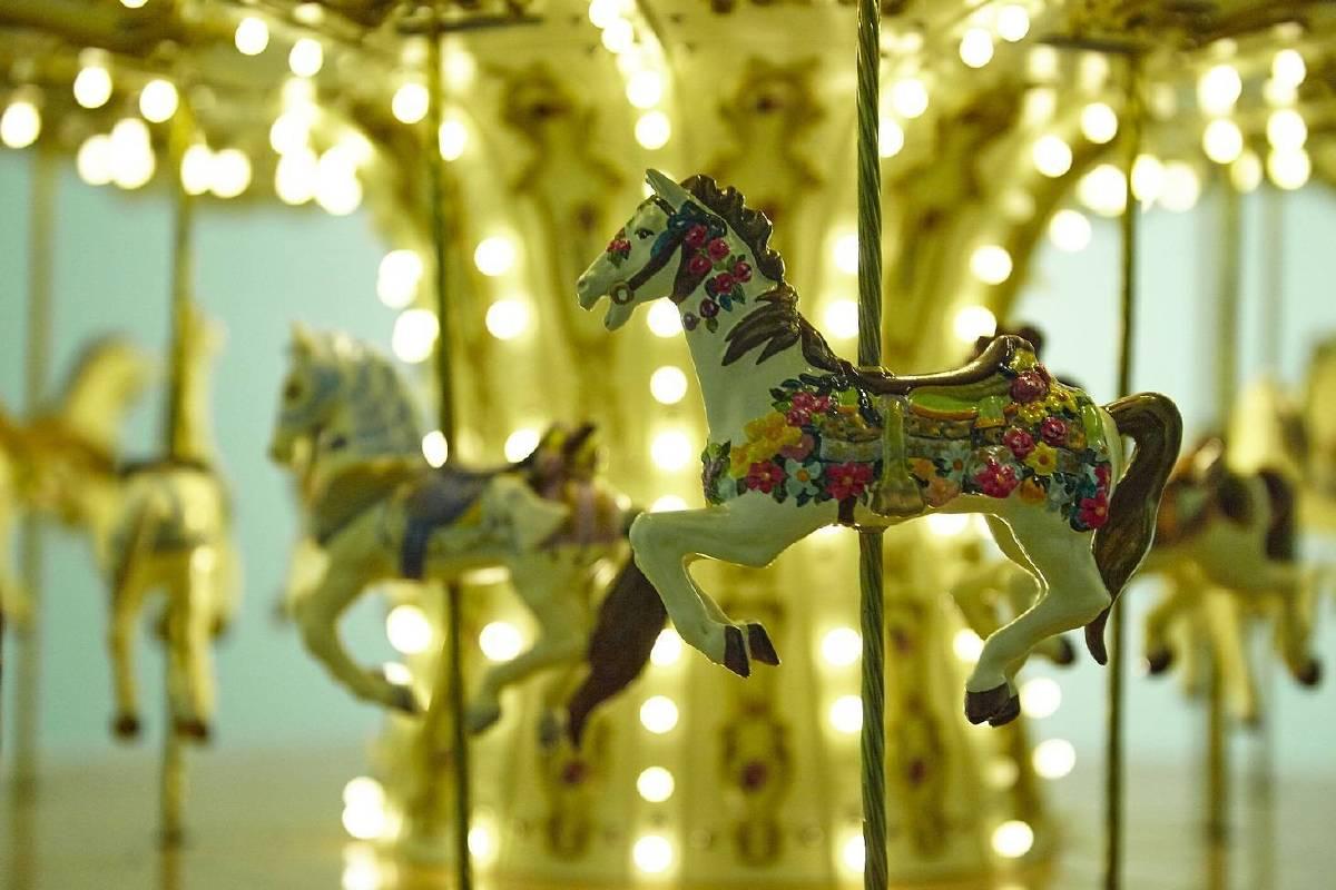 崔旴嵐 Choe Uram 旋轉木馬(局部) 110x110x190(h)cm 2012 手工製旋轉木馬、聲音系統、金屬材料、馬達、LED燈、聚碳酸酯