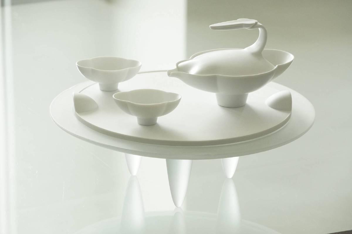 此次的作品「簡愛」茶具組,整組共一壺二杯的搭配,置於名為「源」的雙耳盤之上。「簡愛」與「源」的搭配,則象徵著回流不止,源遠流傳的感情。