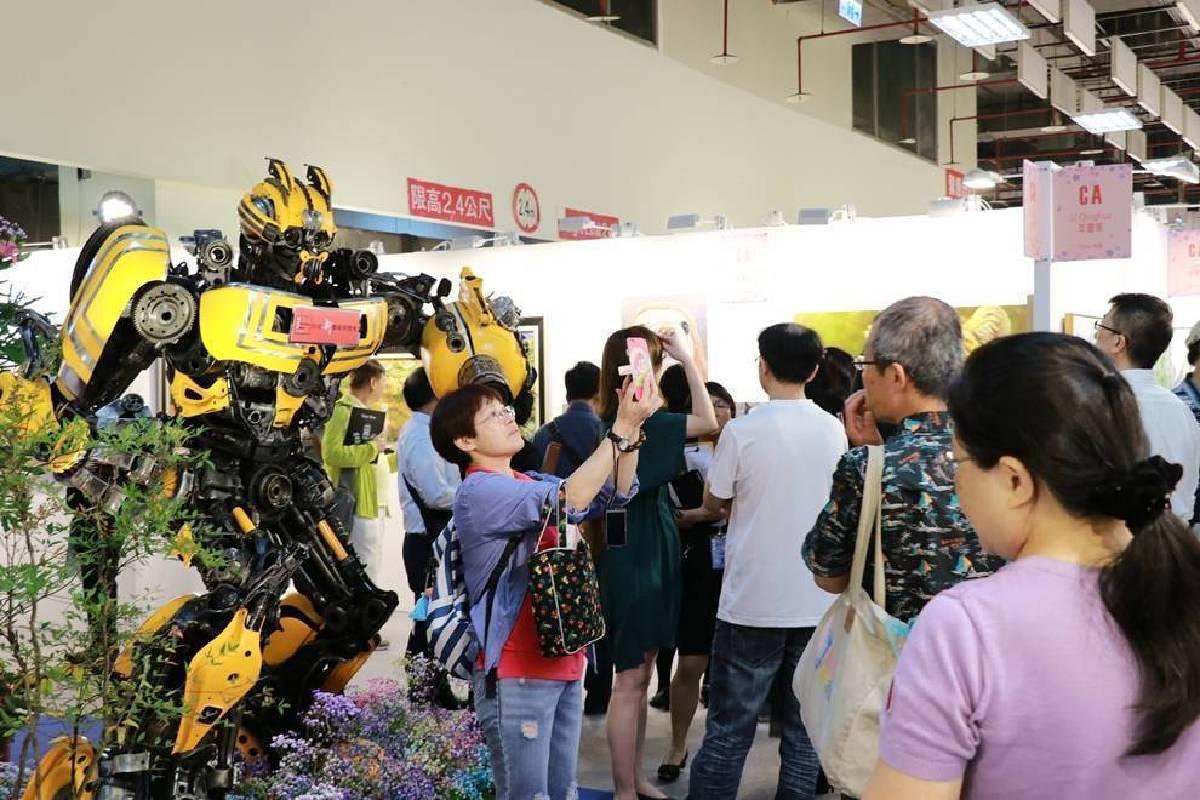 展場中柯博文與大黃蜂成為吸引民眾爭相拍照打卡的熱門景點。
