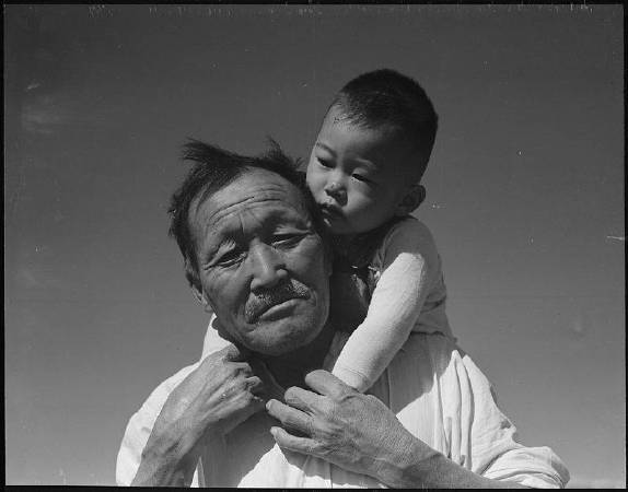 Dorothea Lange《Grandfather and grandson at Manzanar Relocation Center》。圖/取自Wikipedia。