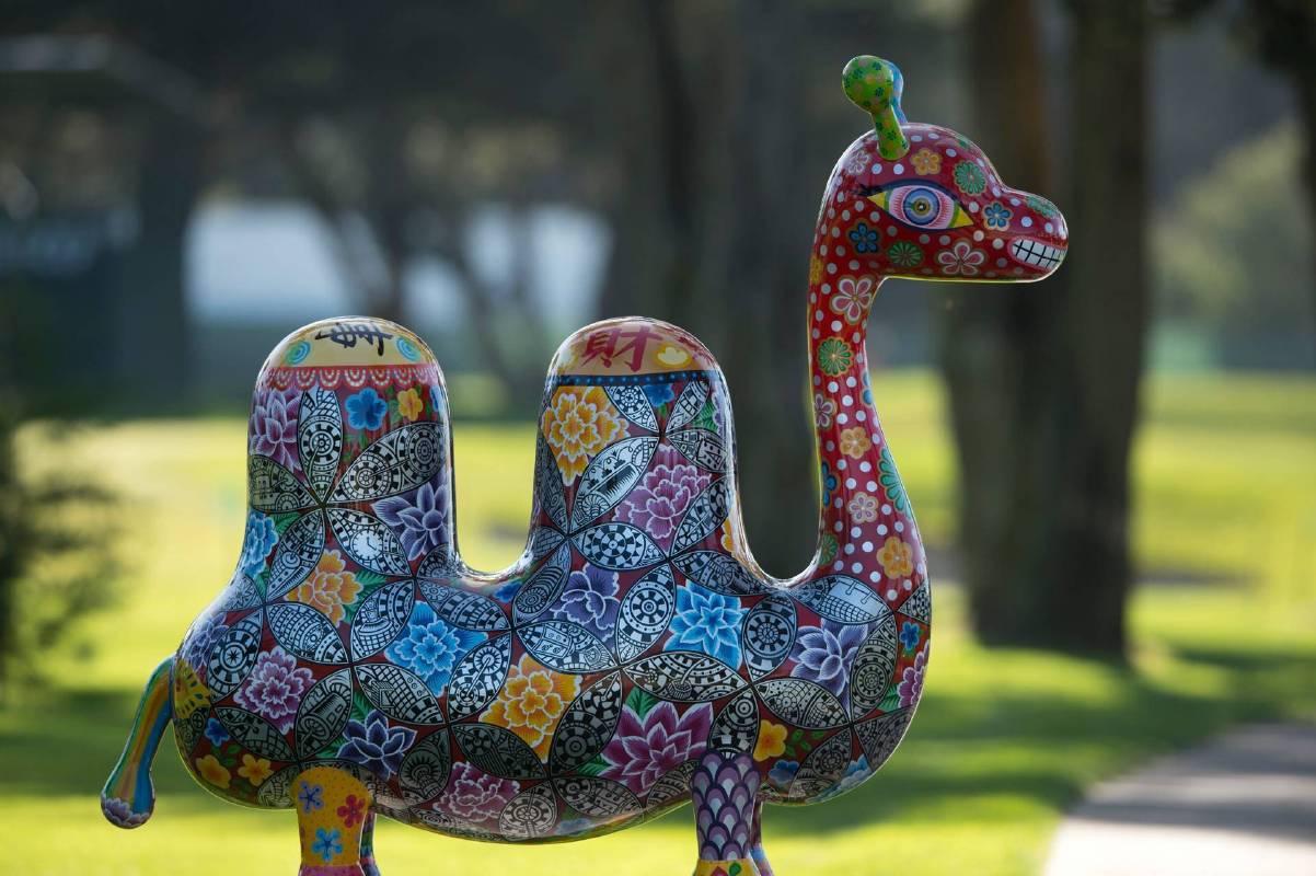 洪易|雙峰駱駝|鋼板彩繪、花崗岩|218x78x230cm