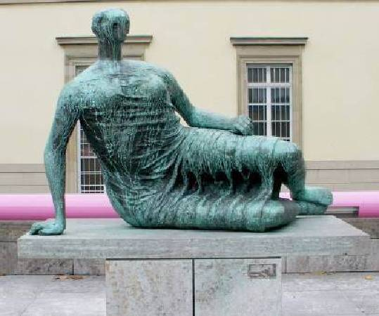 Henry Moore,《The Past》,1961。圖/取自Wikiart。