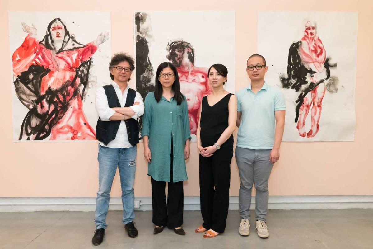 也趣藝廊負責人王瑞棋(左一)陳貺怡老師(左二)與藝術家吳逸寒夫婦合影。圖/也趣畫廊提供