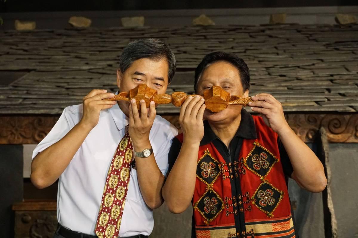 科博館孫維新館長(左)、原文發中心曾智勇主任(右)連杯小米酒共飲