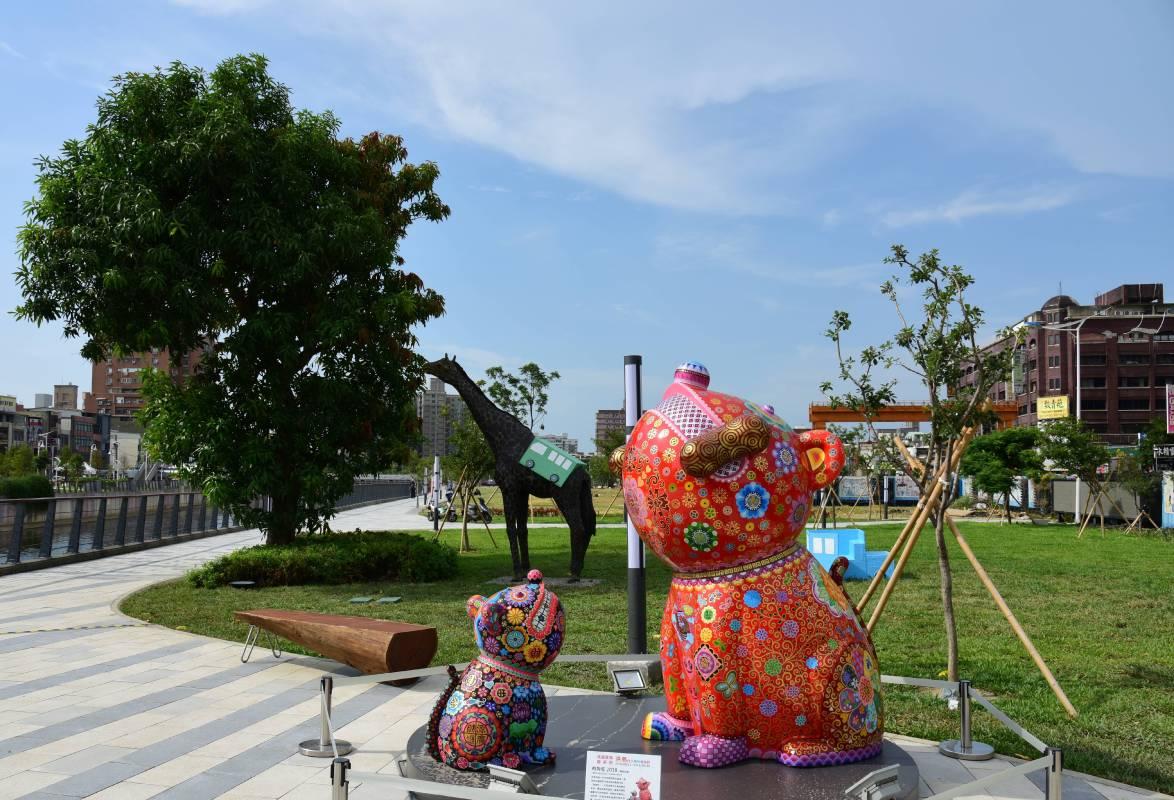 有夠旺群組於桃園產業藝術節,向上的動物造型象徵日日高升