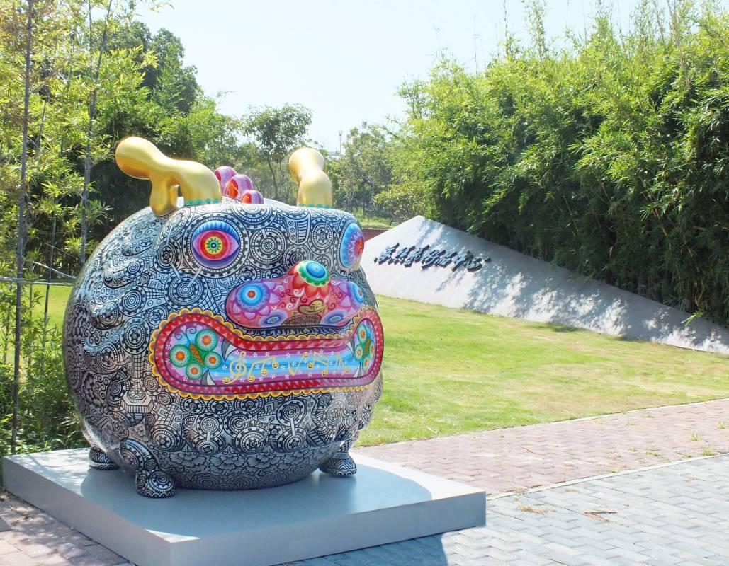 洪易鋼鐵圓龍展出於廈門海絲文化廣場大門口,場景優美,天造地設