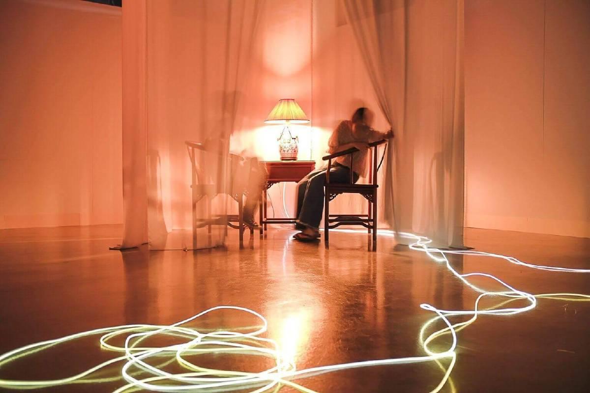 日本藝術家林智子的〈心靈〉,讓觀者從手機的對話,轉為眼神的交流,透過30秒的心靈沉靜與凝視,捕捉眼球閃動的頻率以及心靈的光火,累積的能量能夠點亮兩者之間溫暖的光束,以此拉回彼此親近的關係與心靈的距離。