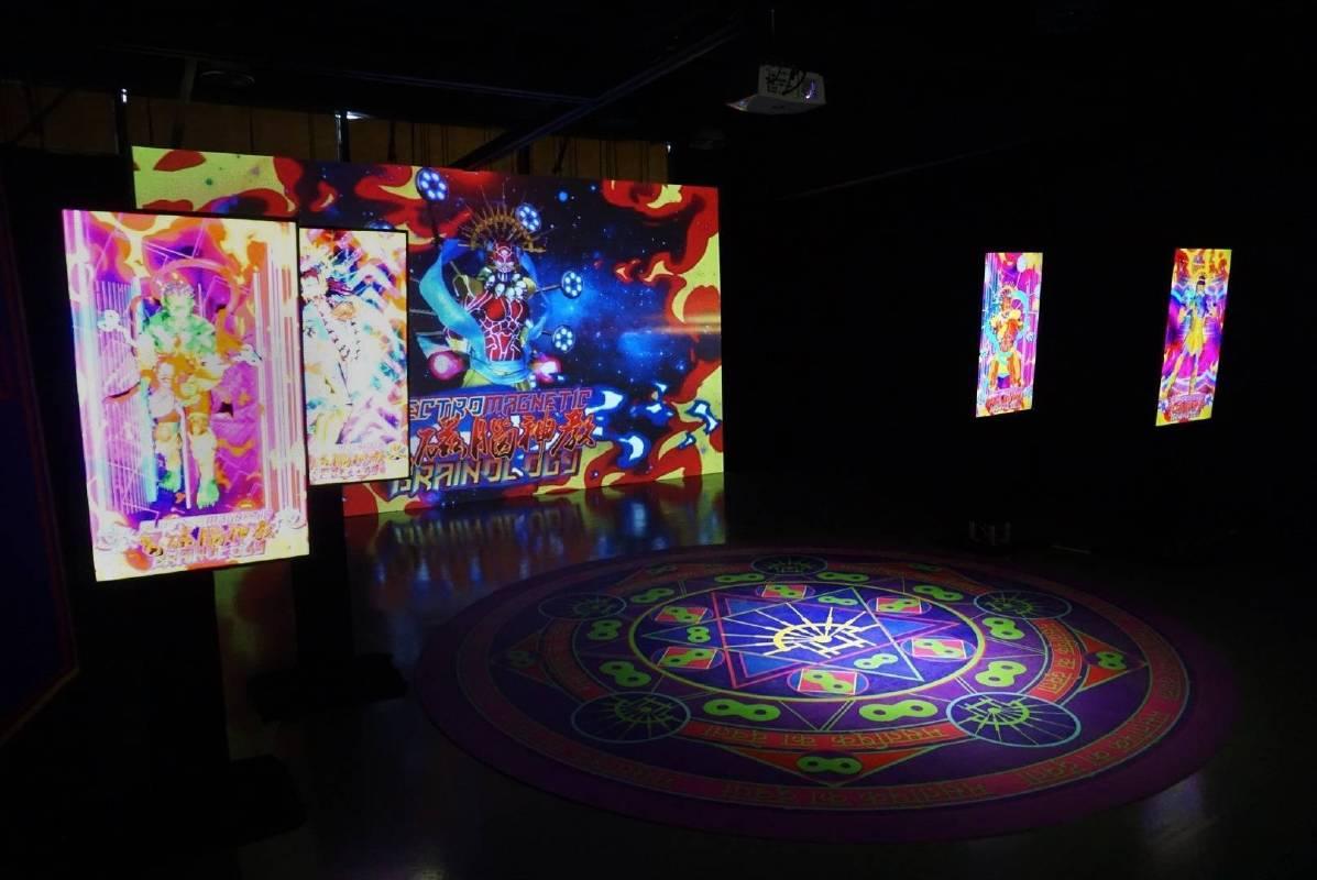來自中國大陸的當紅的新媒體藝術家陸揚,帶來他一貫融合宗教、醫療、腦科學的作品〈電腦磁神教〉,在展場內創造出獨特的宗教空間,透過充滿異教感的祭壇、神秘的舞蹈以及儀式,配上虛實難分的影像氛圍、電子聲響,傳達出了大量的訊息與感官刺激,可謂「腦洞大開」的一件作品,卻也讓人思考,或許傳說中的超能力或神力,僅是擁有超於常人的能力,也就是「科技」本身,而宗教也不該是迷信、與現實脫節的,真正的信仰應該存在於對真理探究。