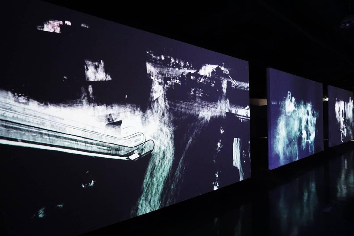 靈魂的光影會是什麼樣子的呢?台灣藝術家李炳曄帶來作品〈靈魂曝光V.2〉,也是一組為桃園現地創作的作品,藝術家運用程式,將桃園機場的錄像與影像,以曝光的方式將逐漸浮現,形成一連串動態的軌跡,如同時、光與空間交互作用所留下的殘影,突顯在時空中,人人皆是空無、匆忙之過客。