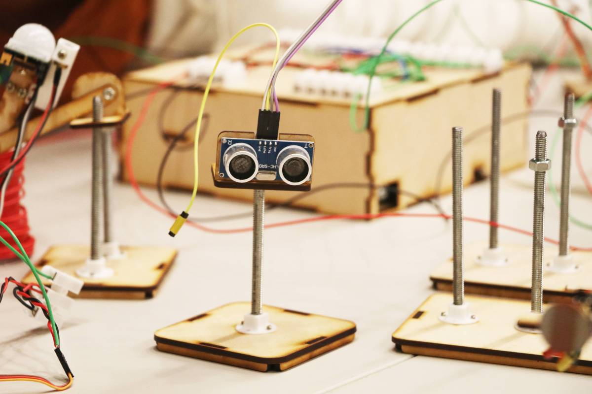 除了豐富的展品,一系列的推廣活動也非常精彩,藝術家江振維、蔡詠興帶領國立臺北商業大學商品創意經營系、元智大學資訊傳播學系、中原大學商業設計學系舉辦工作營,共同組成一組有趣且持續互動的裝置,也成為展場的一件作品〈神經元〉。小小的零件沒有四肢沒有大腦,卻能夠不用言語,就完成資訊傳遞與目標動作,就像人體裡的神經核與神經元,默契且規律地完成週而復始的運轉任務。