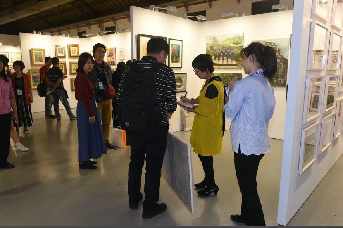 民眾以實際行動支持在地藝術,輕鬆的收藏價格,享受到無價的視覺美感。