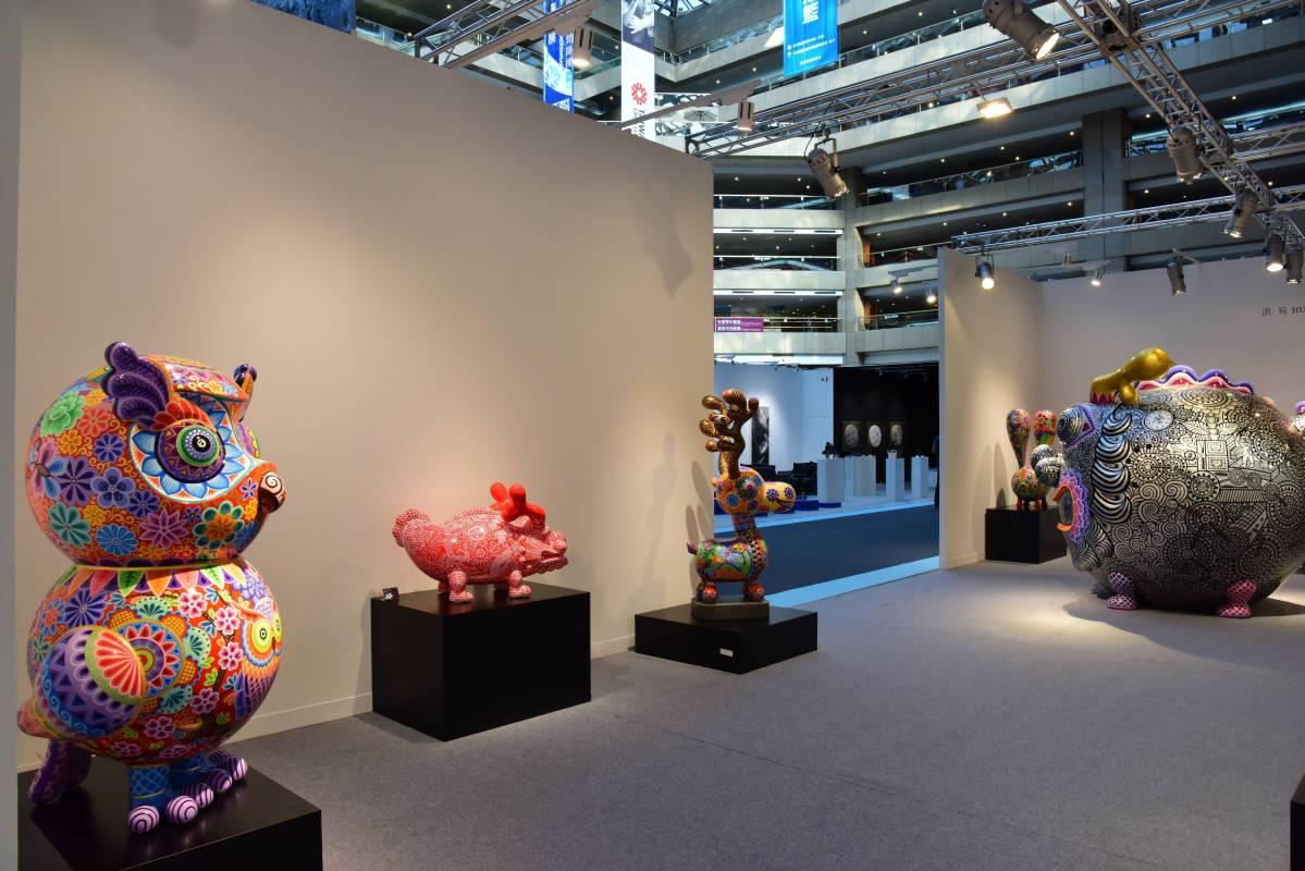 洪易個展區「快樂動物派對 Happy Animal」  貓頭鷹、福龍與梅花鹿共同展示