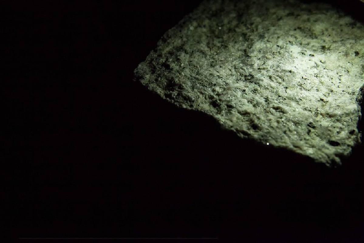 SeenUnseen-Entropy n º1 2018 聲音裝置(花崗岩、LED、伺服馬達、動力滑軌、Arduino、電腦、蓋格偵測管、客製化微電腦控制晶片、擴大機、低頻喇叭、壓克力、木板、鋁、水、黑色色粉) 80x400x H50cm(兩組件)