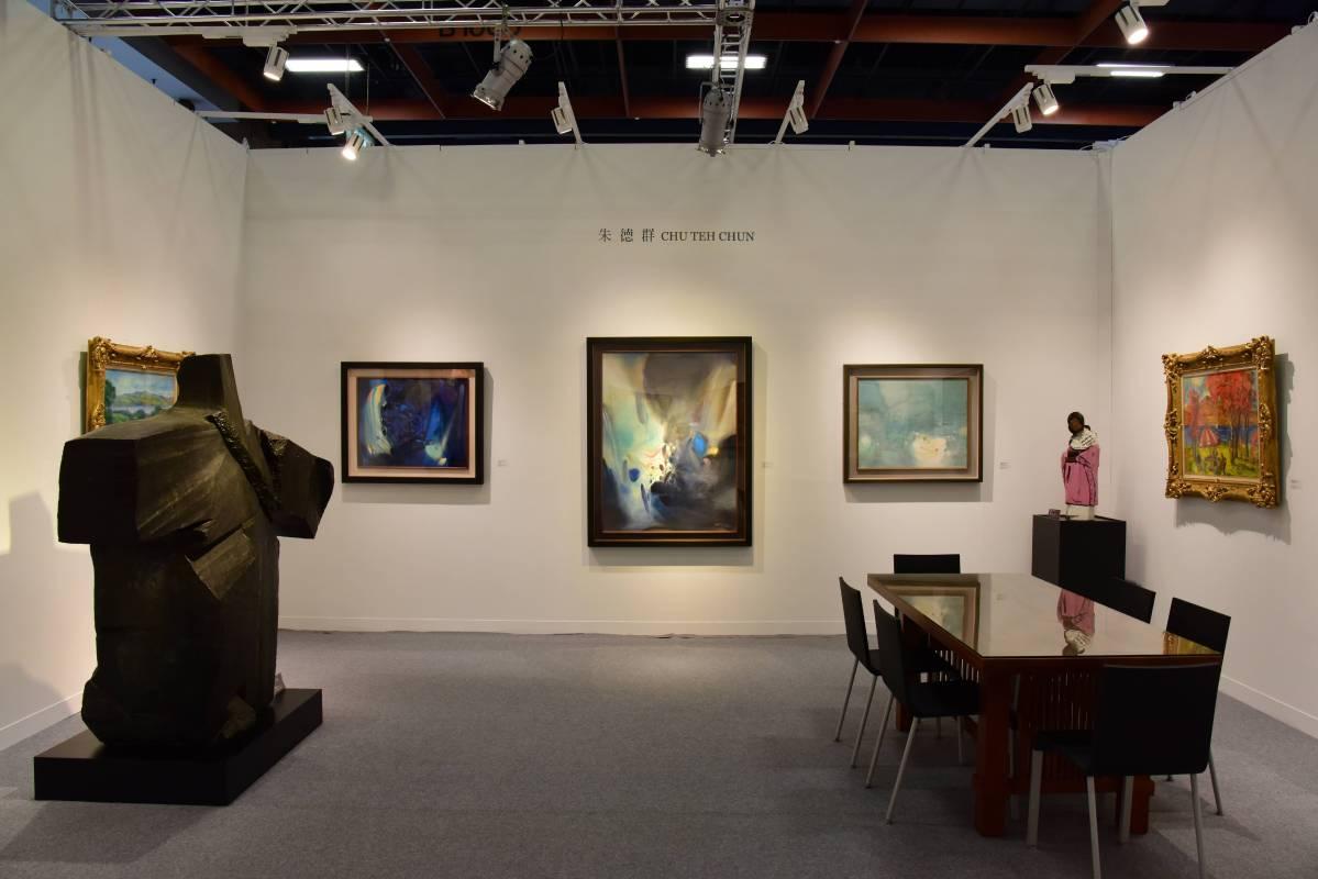 華人抽象表現主義大師朱德師,展出三幅全盛時期精彩畫作,「超乎想像」、「奔流的彩虹」和「願喜悅常在」。