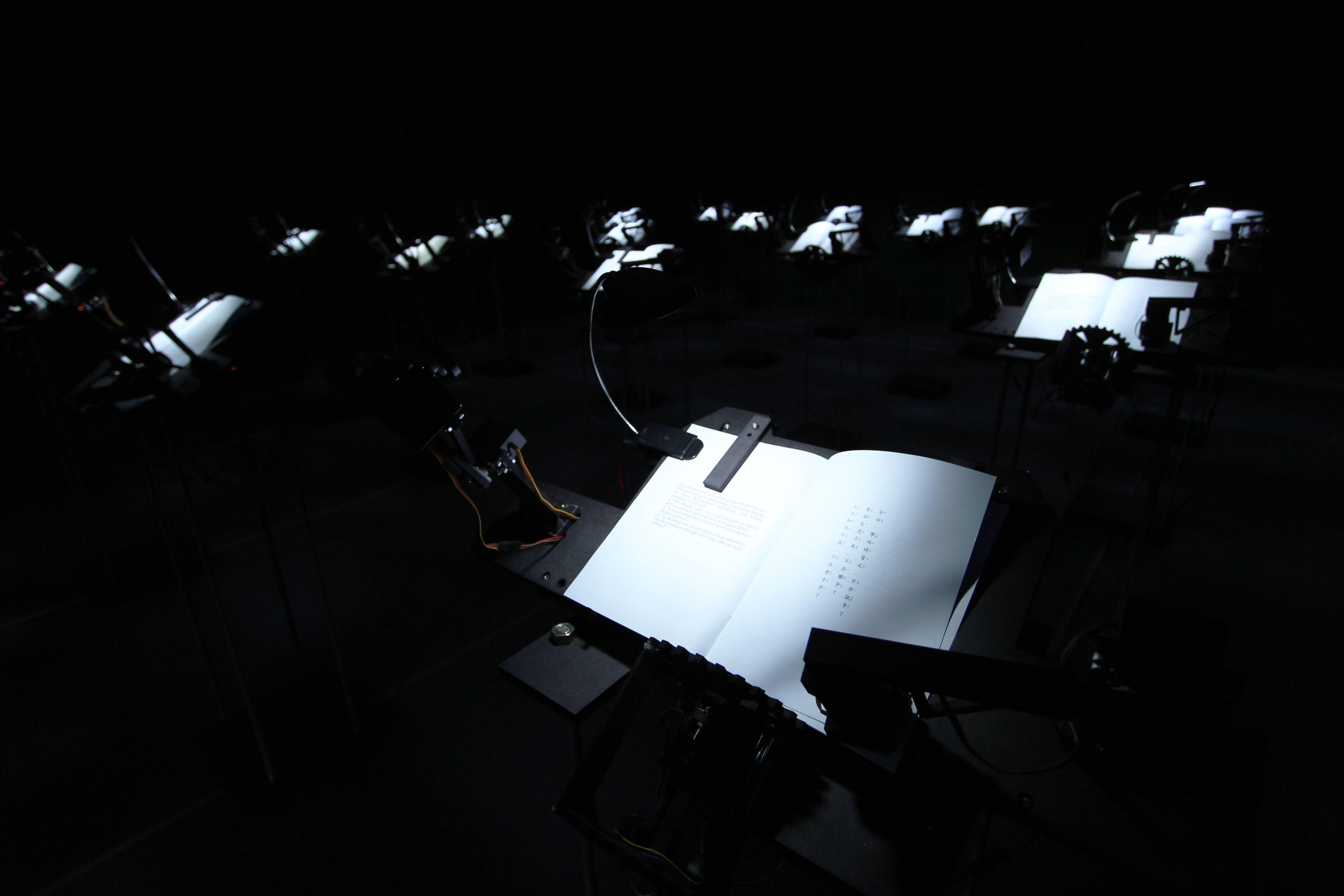 2018台北美術獎首獎作品。王連晟,《閱讀計畫》,書、木板、鐵柱、伺服馬達、電子零件、LED燈,尺寸依場地而定,2016。