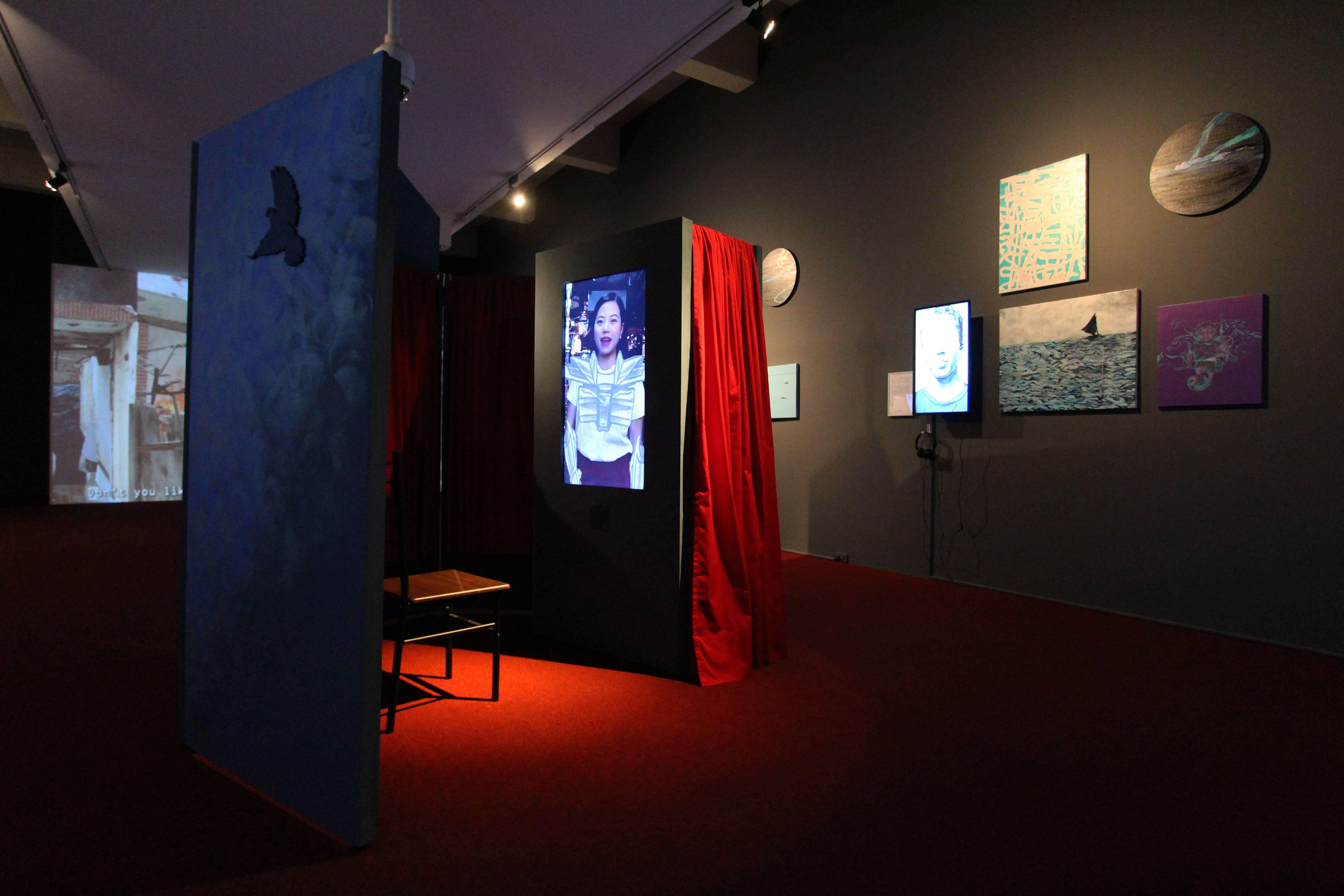 2018台北美術獎入選作品。陳依純,《進入世界系:地球防衛少年》,複合媒材、單頻道動態影像、雙頻道動態影像、影像裝置、影像、繪畫、翻譯文件,10分,2018。