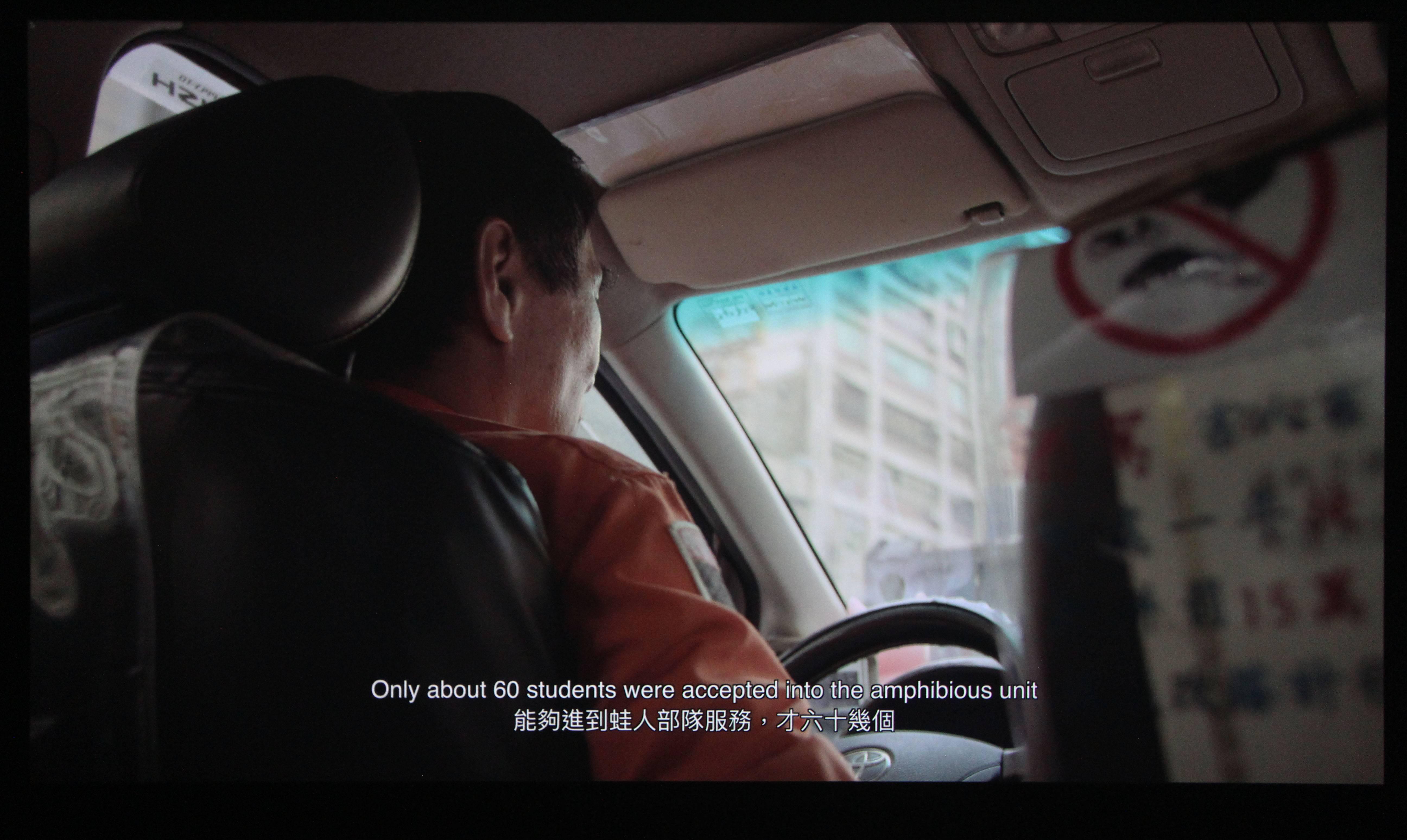 2018台北美術獎入選作品。饒加恩,《計程車》,有聲UHD解析彩色錄像,79分32秒,2018。