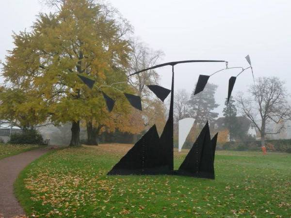 Ellsworth Kelly的雕塑Fondation Beyeler,2008。圖/取自Wikipedia