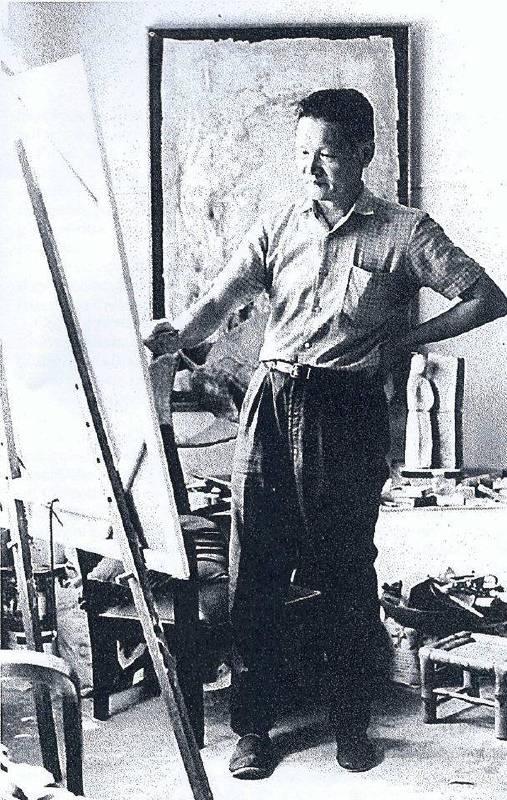 鍾泗濱在畫室 後方牆上為此次展出作品「自然」  Cheong Soo Pieng in his studio  On the wall behind is the exhibiting work