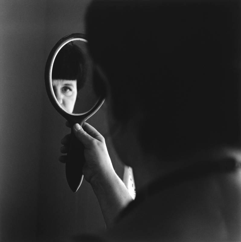 《Álfheiður握著祖母的鏡子》 2014   銀鹽相紙  55x56 cm