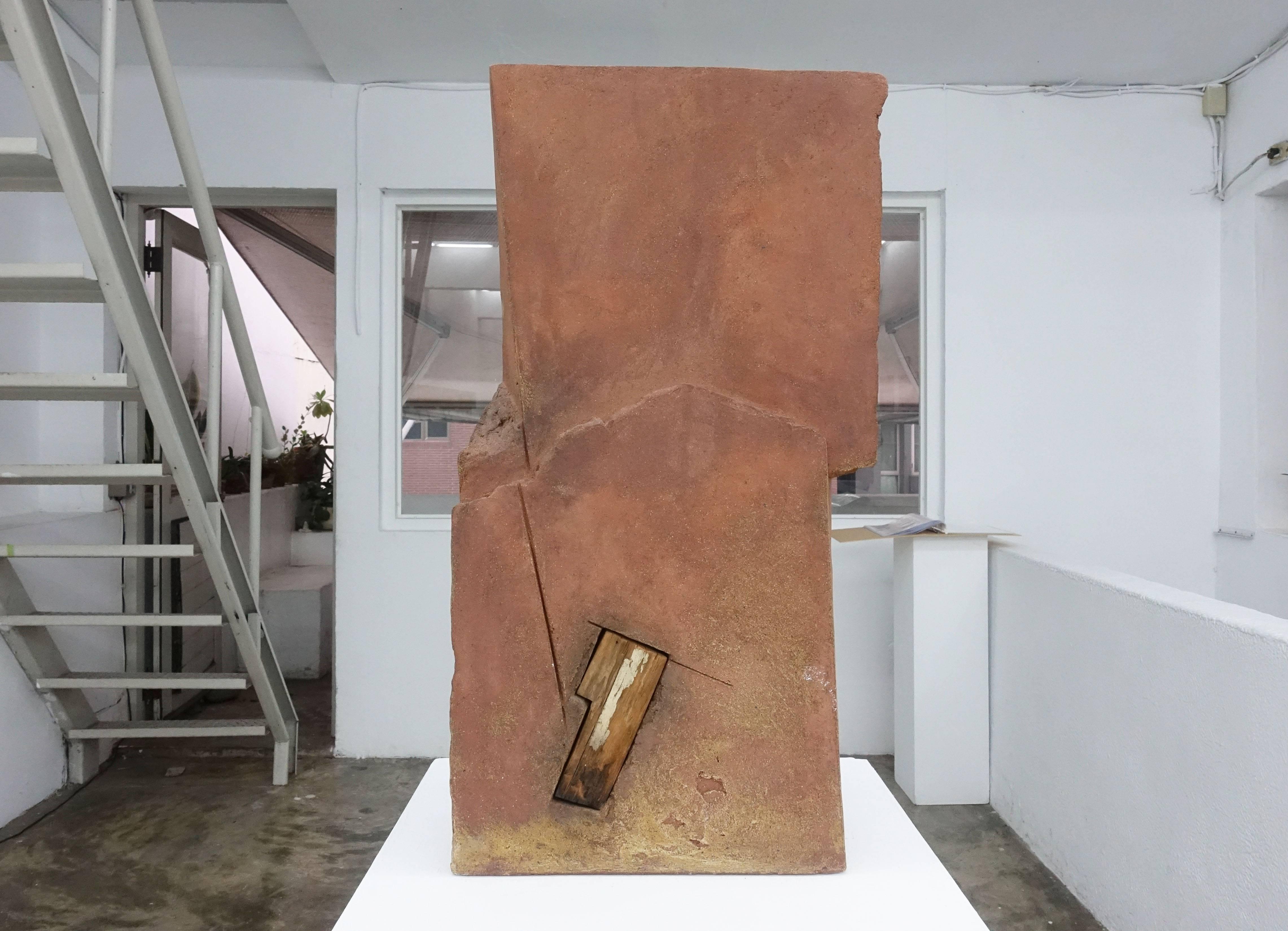 陳正勳,《位》,27x17.5x70cm,陶、木,2000。