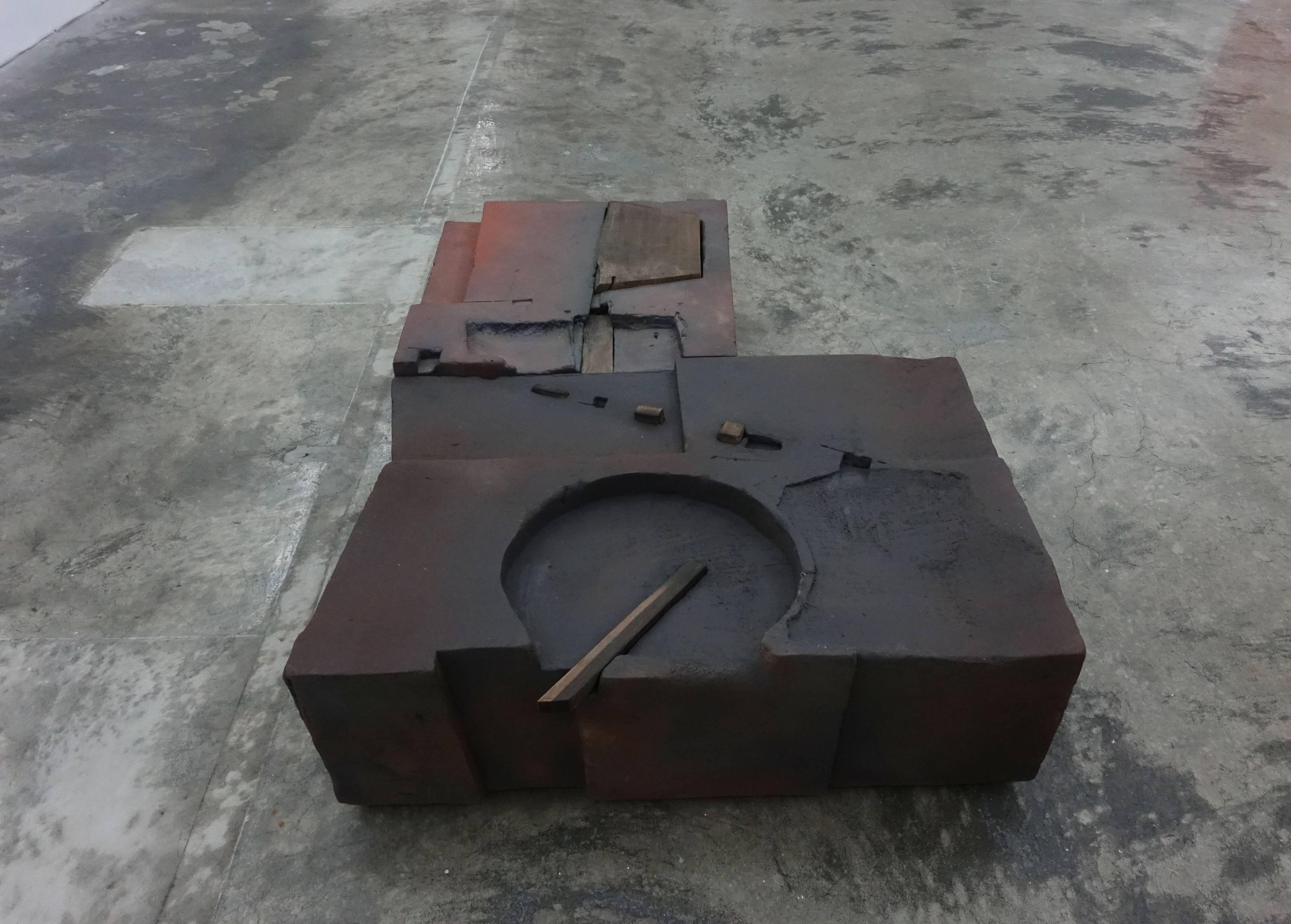 陳正勳,《境之二》,106x76x25cm,陶、木,2016。