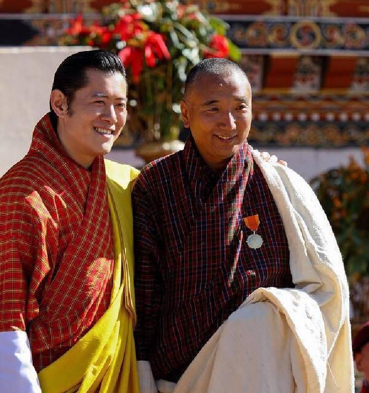不丹現任國王曾親頒國家貢獻金牌給藝術家Asha Kama, 以紀念其對於不丹當代藝術及教育的貢獻