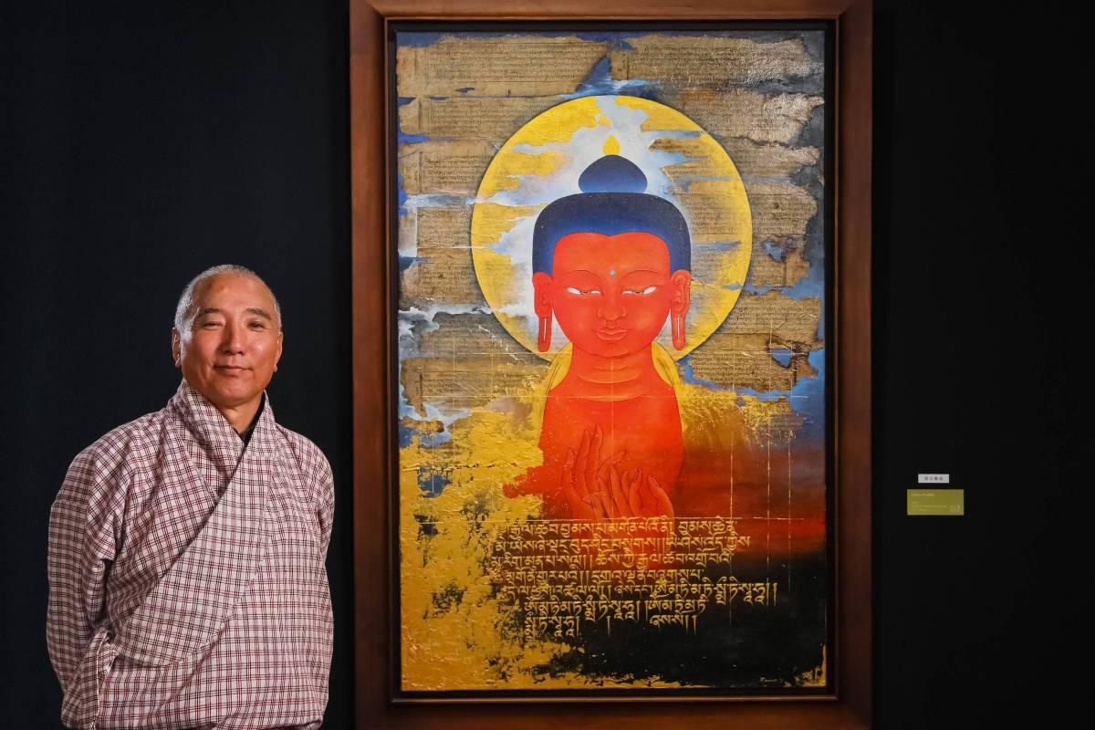 訶莎.卡瑪與作品合影 Future Buddha, 2019, acrylic on canvas, 151x98cm