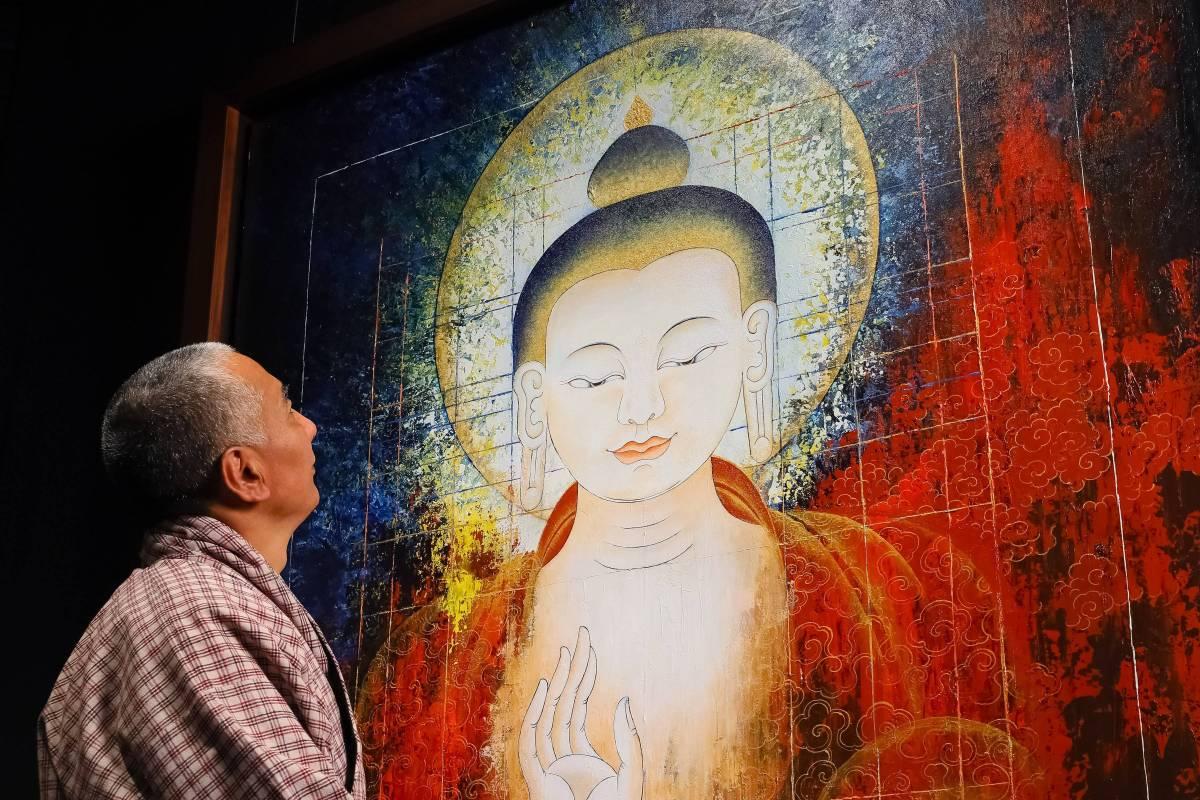 訶莎.卡瑪與作品合影  Bringer of Light (Past Buddha), 2019, acrylic on canvas 152x152cm