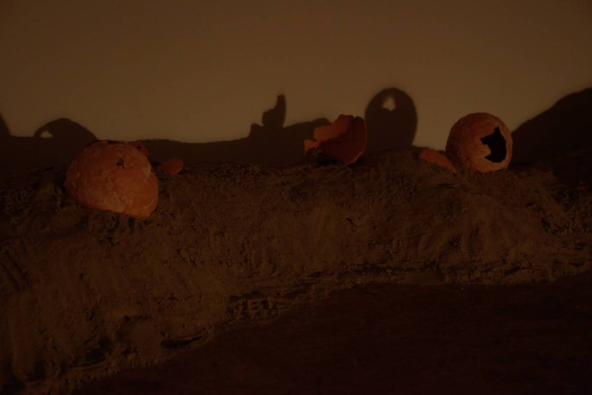 沈森森作品〈未來出土〉,聲音裝置、陶土、沙、震動式音響、數位螢幕,2018