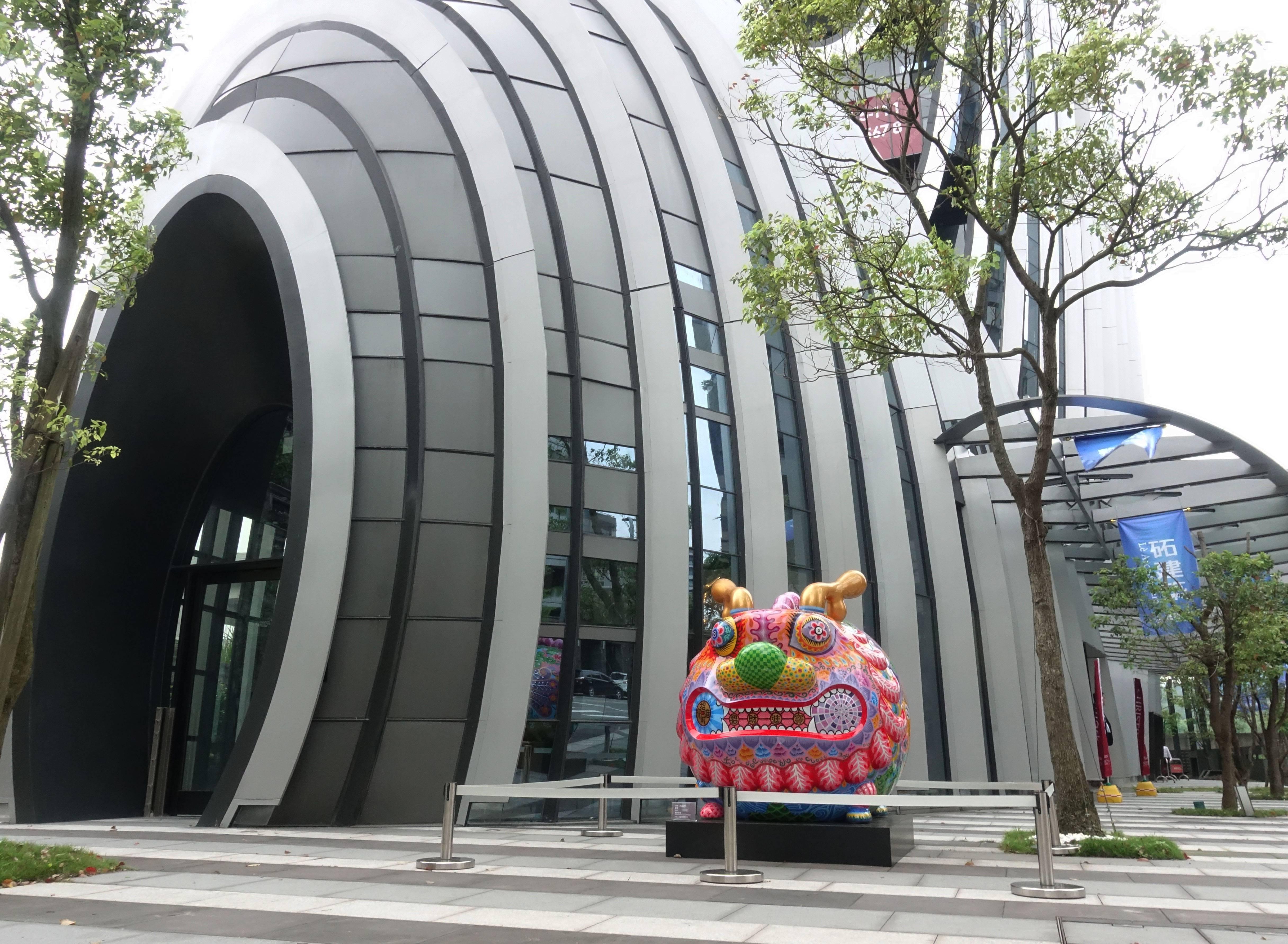 藝術家洪易作品《圓龍》於南港砳建築外。