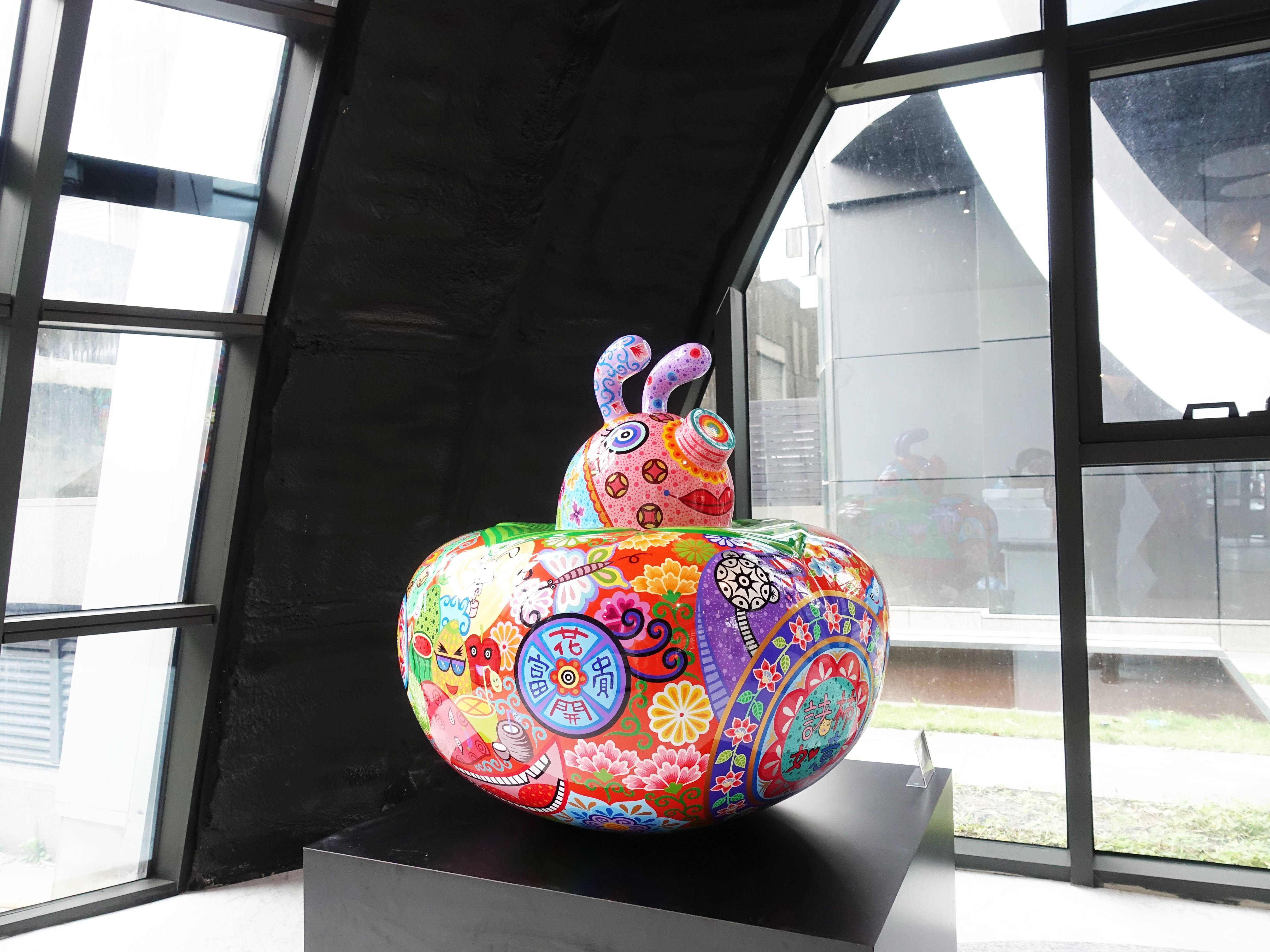 洪易,《豬柿如意》,83x83x82cm,鋼板彩繪,2016。